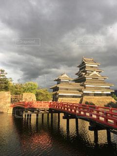 夕陽に照らされる国宝松本城の写真・画像素材[2545609]