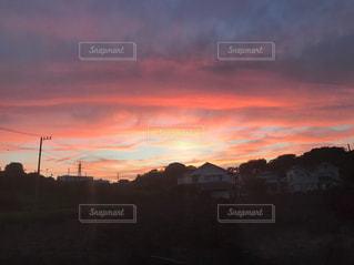 田舎の夕日の写真・画像素材[2545761]