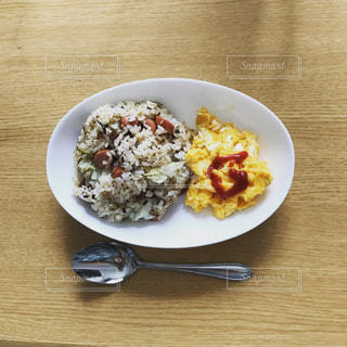 テーブルの上の食べ物の皿の写真・画像素材[2545772]