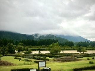 雨雲が昇る山の風景の写真・画像素材[3379133]