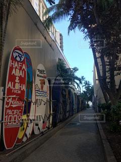 通りの脇に落書きがある建物の写真・画像素材[2546056]