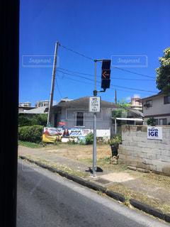 道路の脇に座っている信号機の写真・画像素材[2546057]