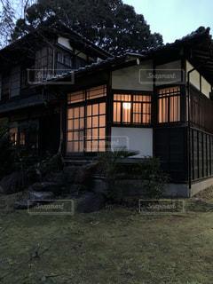 背景に木がある家の写真・画像素材[2546410]