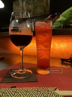 テーブルの上に座っているワイングラスのクローズアップの写真・画像素材[2550532]