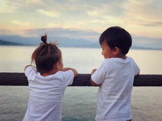 凧を飛ばす少年の写真・画像素材[2554401]