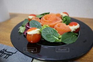 サーモンのお花とトマトサンタの写真・画像素材[4000250]