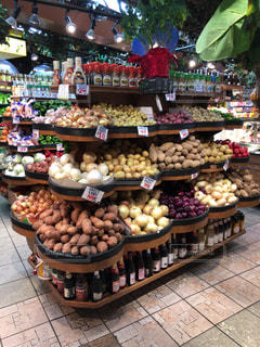 たくさんの食べ物でいっぱいの店の写真・画像素材[2548000]