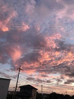夕焼けの前の雲の写真・画像素材[2548100]