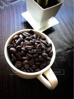 マグカップとコーヒー豆の写真・画像素材[2594104]