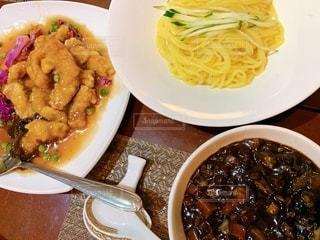 皿の上の食べ物のボウルの写真・画像素材[2548822]