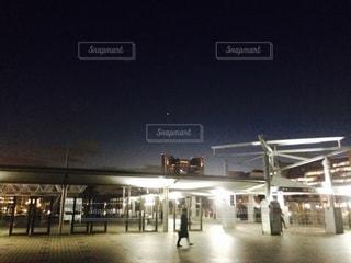夜にライトアップされた街の写真・画像素材[2553009]
