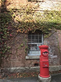 赤レンガ倉庫とポストの写真・画像素材[2707534]