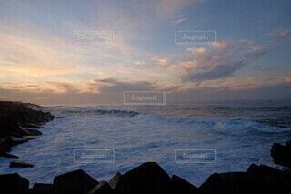 水のスペインのテネリフェ海岸からの夕景の写真・画像素材[3673360]