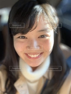 笑顔でカメラを見ている女性のクローズアップの写真・画像素材[2717511]