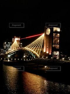 夜にライトアップされた橋の写真・画像素材[2552654]