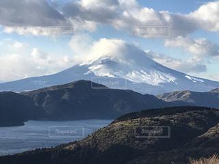 背景に大きな山の写真・画像素材[2554794]