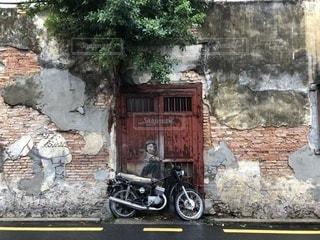 レンガの壁の前に自転車がある石造りの建物の写真・画像素材[2554903]