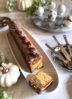 食べ物の皿をテーブルの上に置くの写真・画像素材[3779161]