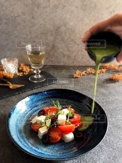 お皿に盛ったサラダの写真・画像素材[3883227]