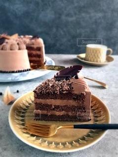 チョコクリームを楽しむチョコレートケーキの写真・画像素材[4180363]