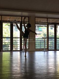 バレエの稽古の写真・画像素材[2555695]