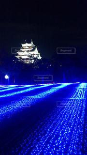 夜の青い光のクローズアップの写真・画像素材[2555909]