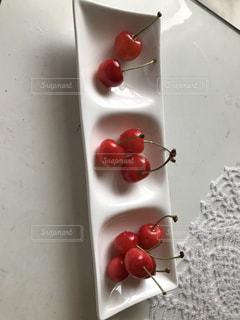 さくらんぼと白い皿の写真・画像素材[2564044]