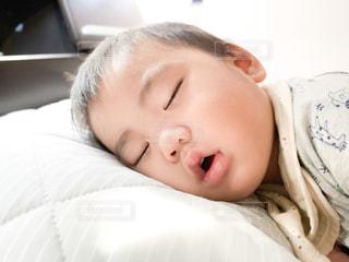 ベッドに横たわっている赤ん坊の写真・画像素材[2704064]