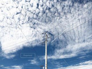 秋のうろこ雲と青い空の下にある電柱がある風景の写真・画像素材[2806495]