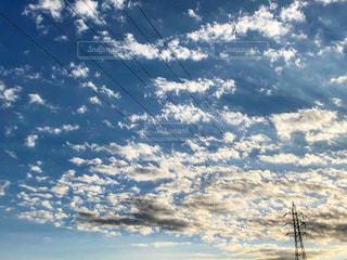 青空と雲と高圧電塔の電線が伸びている風景の写真・画像素材[2978747]