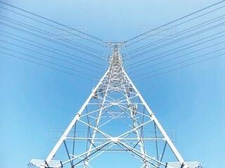 快晴の青空と高圧電塔を真下から眺めた風景の写真・画像素材[3845669]