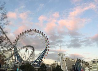 夕焼け雲と観覧車の写真・画像素材[2821683]