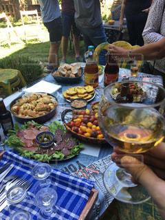 食品のプレートをテーブルに座っている人々 のグループの写真・画像素材[1467393]