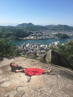 水の体の真ん中に岩の上に座っている人の写真・画像素材[1467419]