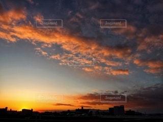 夕陽で赤く染まる空の写真・画像素材[2574973]