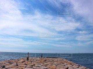 海を眺める恋人の写真・画像素材[2596514]