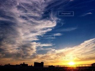 流れるような雲の夕景の写真・画像素材[2603651]