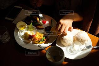 テーブルの上に食べ物のプレートの写真・画像素材[1236423]