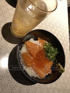 サーモンとイクラの丼の写真・画像素材[2708776]
