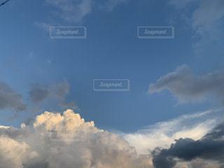 曇りの日に空の雲の写真・画像素材[3502503]
