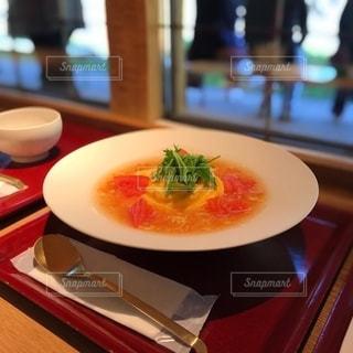 テーブルの上に座っている食べ物の皿の写真・画像素材[2728372]