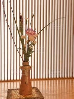 紫色の花で満たされた花瓶の写真・画像素材[3432065]