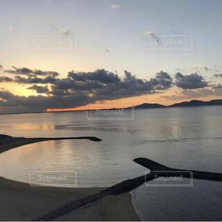水の体に沈む夕日の写真・画像素材[3760180]