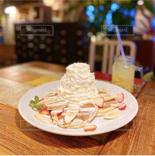 木製のテーブルの上に座っている食べ物の皿の写真・画像素材[3760187]