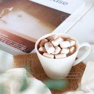 テーブルの上にコーヒーを一杯入れるの写真・画像素材[4138760]
