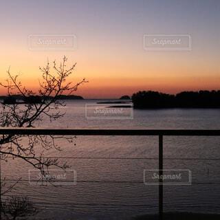 水の体に沈む夕日の写真・画像素材[4167915]