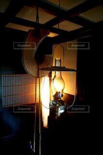 古民家に灯るランプの写真・画像素材[4701993]