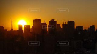 夕焼けに照らされた東京タワーとビル群の写真・画像素材[4805882]