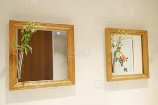 鏡に花が飾られてる様子の写真・画像素材[4933469]