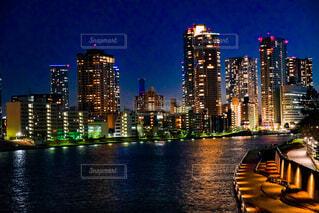 川とビル群の夜景の写真・画像素材[4939388]
